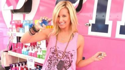 Ashley Tisdale rózsaszínnel a rák ellen
