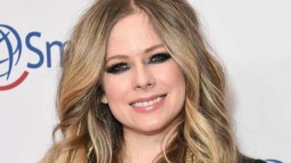 Avril Lavigne alig változott az idők során, fekete miniruhában gálázott