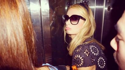 Bepánikolt a liftben ragadt Paris Hilton