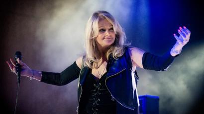 Bonnie Tyler napfogyatkozásban énekli a teljes szívfogyatkozást