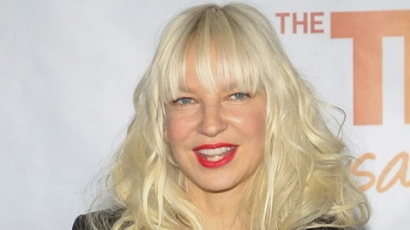 Bővült Sia családja: örökbefogadott két fiút