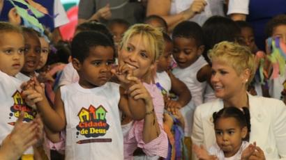 Brazil iskolába látogatott Shakira