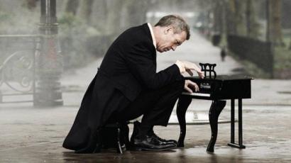 Budapesten koncertezik Hugh Laurie