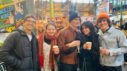 Camila Cabello közös fotót posztolt a Hamupipőkében játszó kollégáival