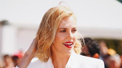 Charlize Theron videóban mutatta meg, hogyan tolta le a haját a Mad Max miatt