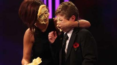 Cheryl Cole-t pitével dobták arcon