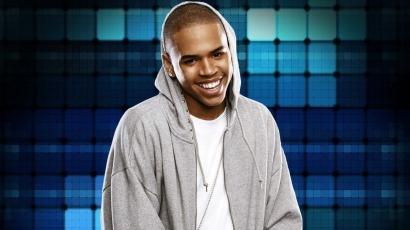 Chris Brown ismét bajba került – Rihanna után újabb nőre emelt kezet