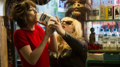 Dakota Johnson és Rebel Wilson megmutatja, hogyan kell szinglinek lenni