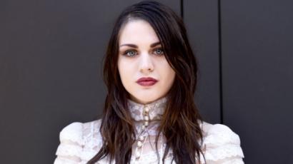 Dalra fakadt Kurt Cobain és Courtney Love lánya – videó