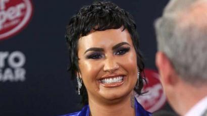 Demi Lovato is márna hajjal nyomja