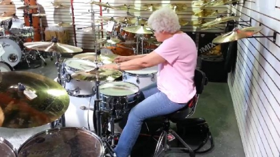 Doboló nagymama a YouTube új sztárja