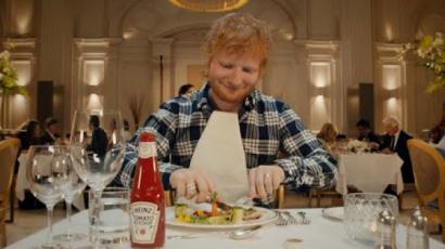 Ed Sheeran reklámban mutatta meg, mennyire imádja a ketchupot
