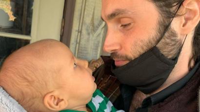 Édes fotóval mutatta meg Penn Badgley újszülött kisfiát