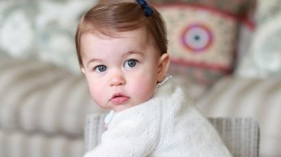 Ellenállhatatlanul aranyos a kis Sarolta hercegnő