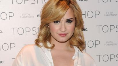 Ismeretlen nők nyalogatják Demi Lovato testét