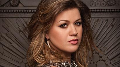 Kelly Clarkson tolókocsiba kényszerült