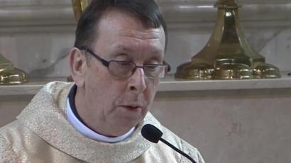 Éneklő pap az internet új sztárja