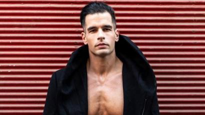 Ez igen! Romantikus regényíróból szexi naptárpasi – meztelenre vetkőzött Lakatos Levente