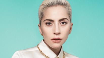 Ezt is bevállalta! Lady Gaga vörös lett