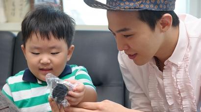 G-Dragon beteg kisfiún segített