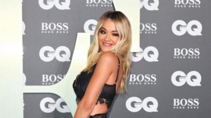GQ Men Of The Year Awards: Rita Ora gyakorlatilag fehérneműben, a Beckham család öltönyben volt