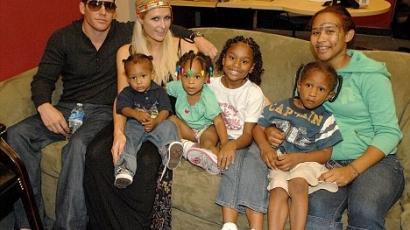 Gyerekeket látogatott meg Paris Hilton