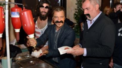 Hajas Laci hot-dog árusnak állt