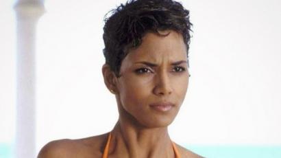Halle Berry fulladozott a James Bond forgatásán, Pierce Brosnan mentette meg