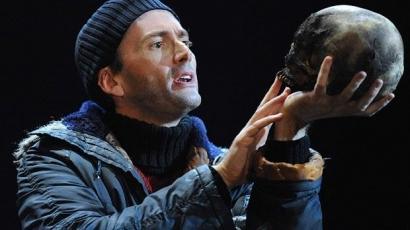 Halott ember koponyája a színpadon: Hamlet