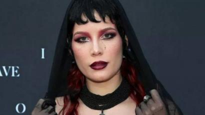 Wow! Halsey sötét, szexi outfitben érkezett új filmje premierjére