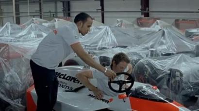 Hamilton és Button Senna autójában