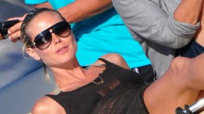 Heidi Klum monokiniben napozott