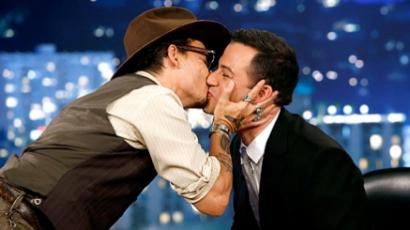 Hihetetlen! Johnny Depp megcsókolta Jimmy Kimmelt