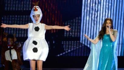 Olafnak öltözve adta elő a Let It Gót Taylor Swift