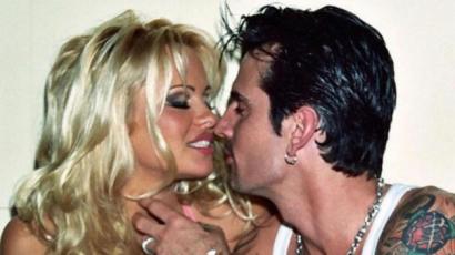 Így játszotta el Pamela Anderson és Tommy Lee esküvőjét Lily James és Sebastian Stan