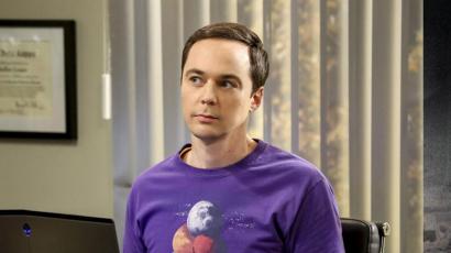 Így még biztosan nem láttad az Agymenők Sheldonját! Jim Parsons szőke lett!