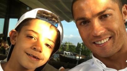 Ilyen cuki apuka Cristiano Ronaldo