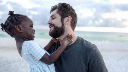 Imádja örökbefogadott kislányát Thomas Rhett – bármikor adoptálna újra