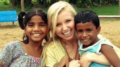Indiai gyerekekkel játszik Tiffany Houghton