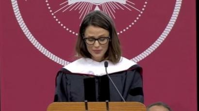 Jennifer Garner visszatért régi egyetemére, és imádnivaló beszédet mondott