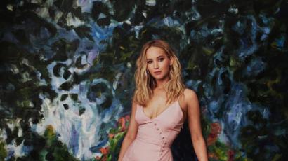 Jennifer Lawrence fantasztikusan festett barackszín ruhájában