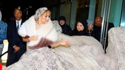 Jennifer Lopez egy nagyon extra esküvői ruhában ment forgatni