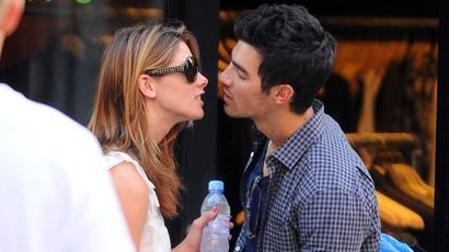 Joe Jonas és Ashley Greene együtt ünnepelnek