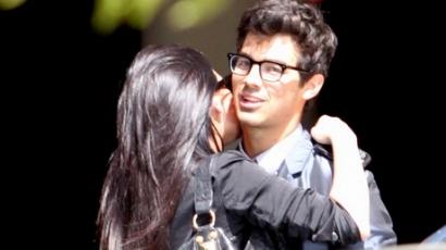 Joe Jonas perrel fenyegetőzik