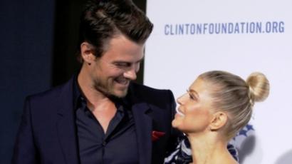 Josh Duhamel bókokkal halmozza el feleségét