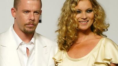 Kate Moss Alexander McQueen előtt tiszteleg