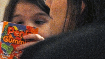 Katie Holmes intim gumicukrot vett lányának