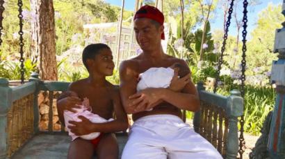 Képtelenség betelni velük! Friss fotót osztott meg újszülött ikreiről Cristiano Ronaldo