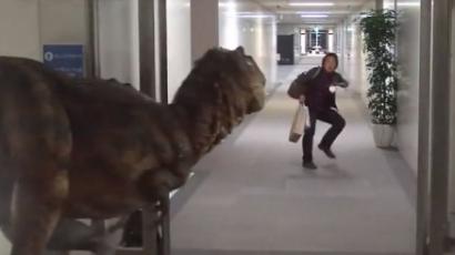 Kész átverés! Dinoszaurusz támadt a férfira — videó
