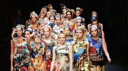 Kifutón szelfiztek a modellek a Dolce & Gabbana showján